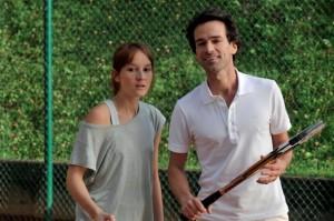 Noch nicht ganz entschieden, was ihr Coming Out betrifft: Claire und David beim Tennisspielen. Foto: Weltkino Filmverleih