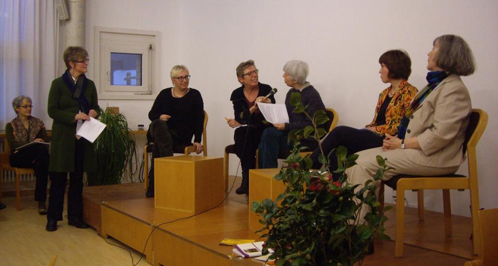 """Podium bei der Tagung """"Eine andere Politik"""" in Luzern (v.l.n.r.: Lisa Schmuckli, Antje Schrupp, Traudel Sattler, Chiara Zamboni, Liv Kägi und Birgit Keller. Foto: Ina Praetorius."""