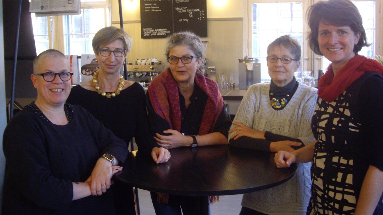 """ie fünf Frauen von """"Wirtschaft ist Care"""": Nadja Schnetzler, Ina Praetorius, Martha Beery und"""