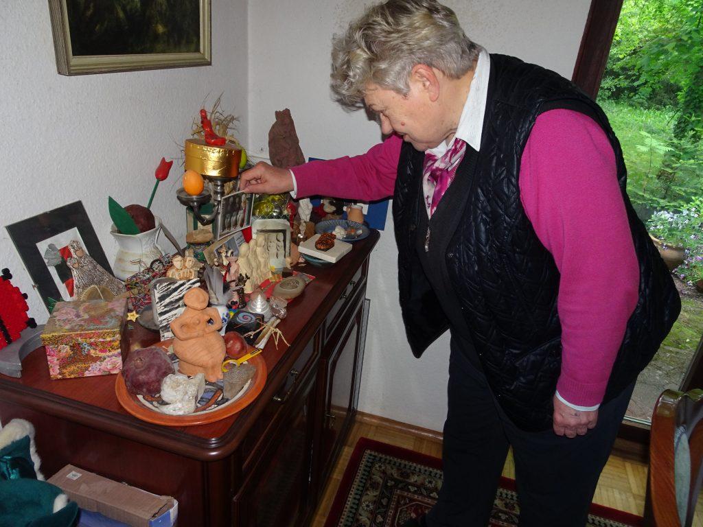 Gudrun Nositschka bei ihren Erinnerungsstücken.