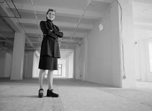 Frau im Saal