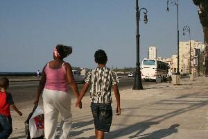 Mutter und Sohn in Havanna