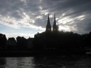 Die dunklen Wolken über dem Kölner Dom kommen nicht nur aus einer Richtung.